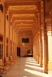 与柱子的游廊在一个晴天Umaid Bhawan宫殿乔德普尔城拉贾斯坦。 免版税库存图片