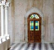 与柱子的门在白天 免版税库存图片