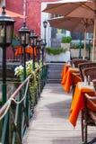 与柳条家具和伞的小咖啡馆在桥梁 免版税库存图片