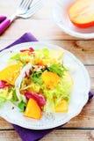 与柿子的清淡的新鲜的沙拉 免版税库存图片