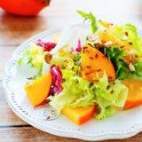 与柿子的清淡的饮食沙拉 免版税库存图片