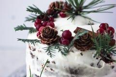 与柿子的自创蛋糕装饰用结霜乳脂干酪和洒用在新年装饰的巧克力 库存照片