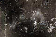与标号的概略的被烧的混凝土墙背景 免版税库存图片