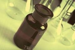 与标号的老玻璃器皿在化工实验室 免版税库存照片