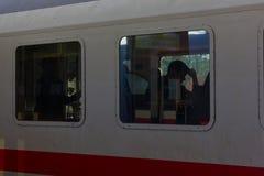 与标志和旅行家的火车站 免版税库存图片