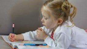 与标志的学龄前女性图画在彩图,童年休闲,艺术 股票视频