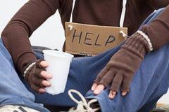 与标志的男性无家可归者 库存照片