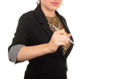 与标志的年轻美好的妇女文字在空 免版税库存照片