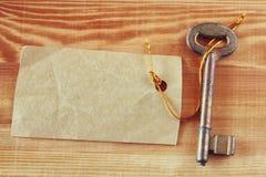 与标签或标记的老钥匙t在木织地不很细背景 图库摄影