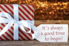 与标签的大气圣诞节礼物,总是好时间开始 免版税图库摄影
