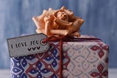 与标签的礼物与文本我爱你 库存照片