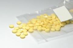 与标签的黄色药片 库存照片