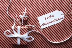与标签, Frohe Weihnachten的两件礼物意味圣诞快乐 图库摄影