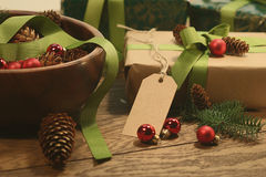 与标记的礼物的在木桌上的假日 免版税库存照片