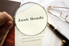 与标题风险债券的文件在桌上 库存照片