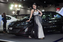 与标致汽车的未认出的女性模型 免版税库存图片