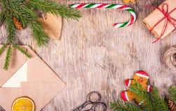 与树、别致、姜饼人、礼物、信封、棒棒糖和剪刀的圣诞节装饰 为圣诞节做准备 礼物wr 免版税库存照片