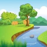 与树、布什、草、天空和云彩的蓝色河和森林风景 库存图片