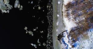 与树、结冰的水、冰和雪的鸟瞰图风景在第聂伯河在基辅 冰来到河岸 股票视频