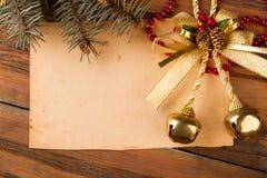 与树和圣诞节铃声的老葡萄酒纸 库存照片