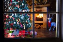 与树和壁炉的圣诞节家庭内部 库存照片