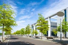 与树和天空的摩登呢的都市城市风景 免版税库存照片