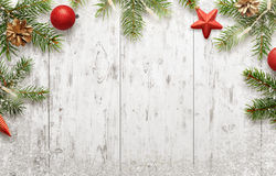 与树和装饰的白色圣诞节背景 库存照片