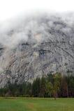 与树和雾的优胜美地国家公园岩石 图库摄影