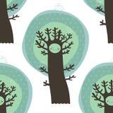 与树和鸟的逗人喜爱的无缝的样式 免版税图库摄影