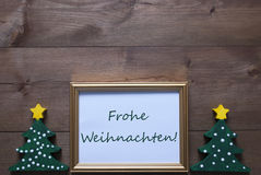 与树和Frohe Weihnachten手段圣诞快乐的框架 免版税库存图片