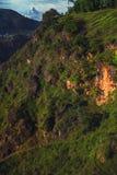 与树木繁茂的峡谷和冈仁波齐峰的美好的风景 库存图片