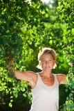 与树枝的逗人喜爱的妇女画象 库存照片