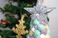 与树的圣诞节背景在木桌上 库存照片