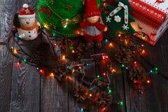 与树的圣诞节背景在木桌上 免版税库存照片