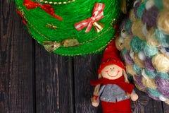 与树的圣诞节背景在木桌上 库存图片