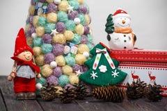 与树的圣诞节背景在木桌上 免版税库存图片