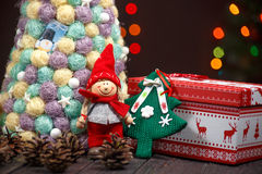 与树的圣诞节背景在木桌上 图库摄影