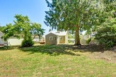 与树的宽敞backayrd 在华盛顿州的房地产 免版税库存照片