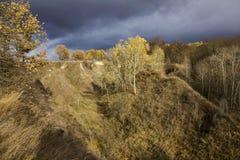 与树的秋天小山 库存图片