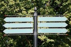 与树的空白的路或路牌在背景中 免版税库存照片