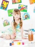 与树胶水彩画颜料颜色刷子的儿童图画 库存照片