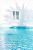 与树荫的希腊窗口从棕榈 免版税图库摄影