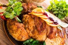 与栗子装填的被烘烤的火鸡和桔子 免版税库存照片