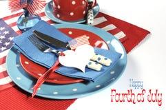 与样品文本的愉快的美国独立纪念日餐桌餐位餐具 免版税库存照片