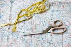 与样式、测量的磁带和scisso的背景 免版税库存照片