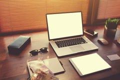 与样式辅助部件的成功的商人或企业家桌 免版税库存图片