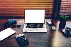 与样式辅助部件的成功的商人或企业家桌 免版税库存照片
