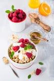 与格兰诺拉麦片和莓果的健康早餐 库存图片