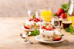 与格兰诺拉麦片和莓果的健康点心 免版税库存图片