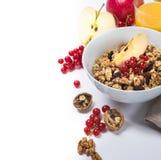 与格兰诺拉麦片的健康早餐和坚果和苹果 免版税库存照片